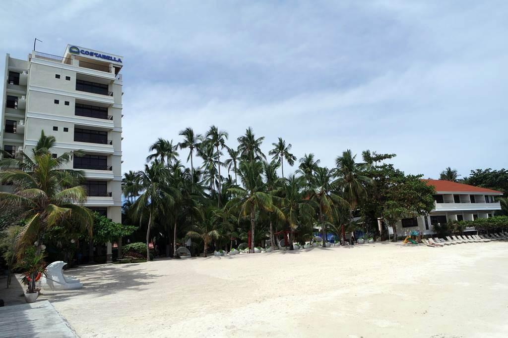 Pantai di belakang Costabella Tropical Beach Hotel