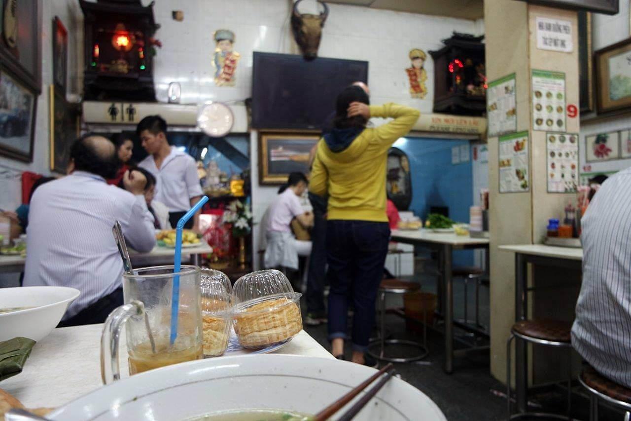 Bagian dalam warung Pho Hoa